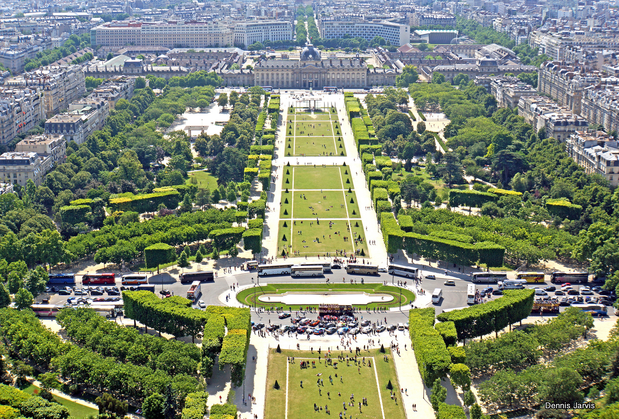 Campo de marte el parque junto a la torre eiffel for Jardines eliseos