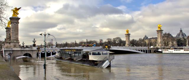 Rio Sena desbordado en París